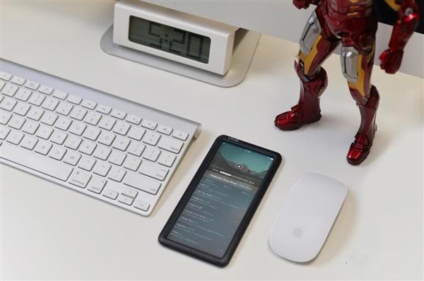 此外,传闻还声称,这款手机搭载的是骁龙820处理器和6GB内存,内置128GB存储。   虽说现在透明显示屏技术已经是比较成熟看,国内的京东方也有做,但是对于一款手机来说,即便是采用透明显示屏,那么肯定也是会看到机身内部的主板、电池等元器件,而不可能完全透明的看到背面。除非将机身内部的元器件全部做到边框上,然而这样一来,手机的边框必定会变得非常的宽大,不可能像曝光的照片中那样。   笔者认为,这应该只是一款概念手机,至少在目前阶段,这样的手机是不可能实现的。   编辑:芯智讯-浪客剑   _____