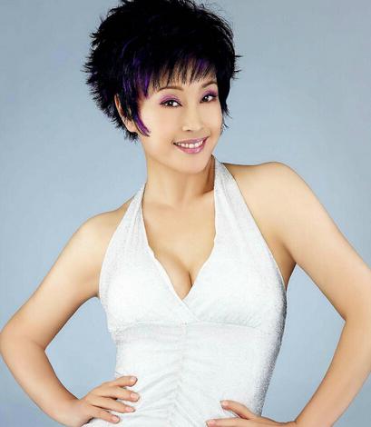 61岁的刘晓庆,脸变成 蜡像 ,耳朵也整图片