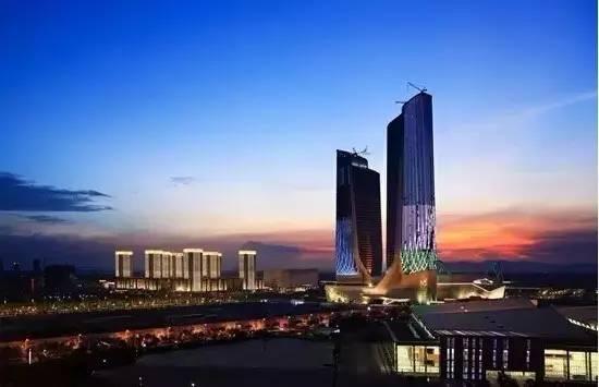 南京青奥中心位于南京市建邺区江山大街北侧,金沙江东路南侧,扬子江