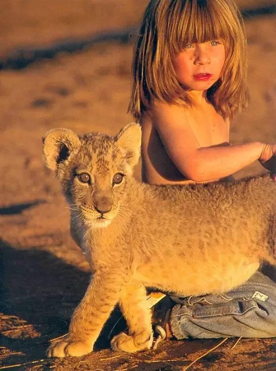 6岁与狮子共舞,和鸵鸟赛跑,这个非洲出生的法国小姑娘终于长大了