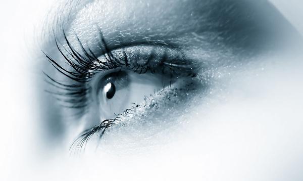 激光光凝治疗1 个月后散瞳复查眼底,光凝色素斑明显形成则行准分子激光治疗。如光凝色素斑形成不明显,再过1 个月后散瞳复查眼底,直到光凝色素斑明显形成再行准分子激光治疗。连续复查3 个月激光色素斑形成仍不明显,则补充激光治疗。术后随访1 年,179 例(213 眼)眼底激光斑反应良好,其中2 例再次发现周边视网膜变性区,给予补充激光治疗,所有患者均未发生视网膜脱离。   准分子激光手 术自20 世纪90 年代应用于我国临床以来,每年有数十万人接受治疗。准分子激光原位角膜磨镶术(LASIK)因术后疼痛轻