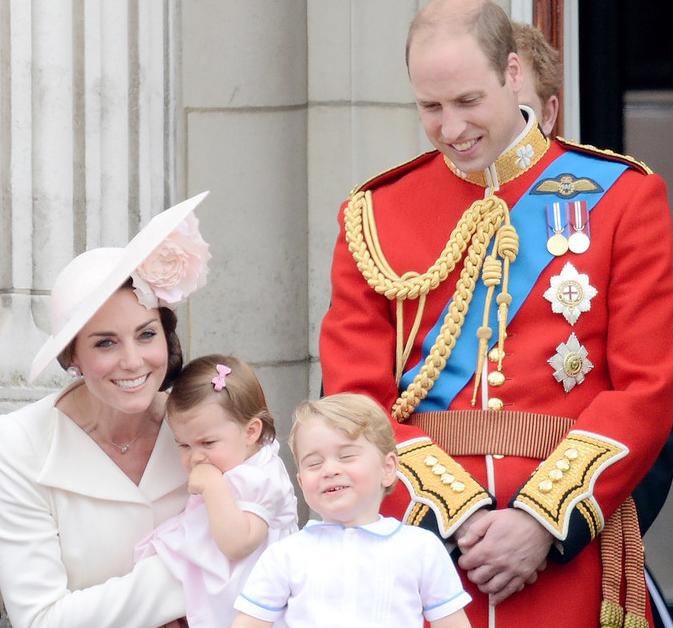 英国女王生日 乔治小王子鬼脸抢镜图片