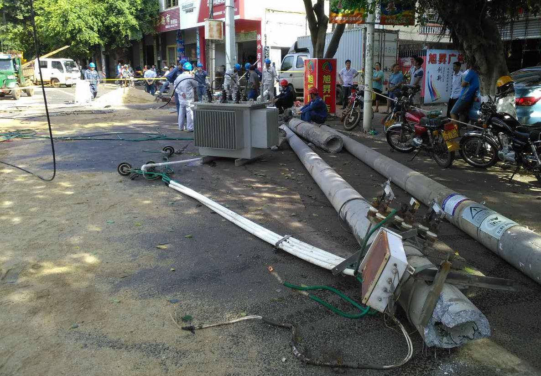 徐闻:小轿车撞倒路边变压器致大面积停电图片