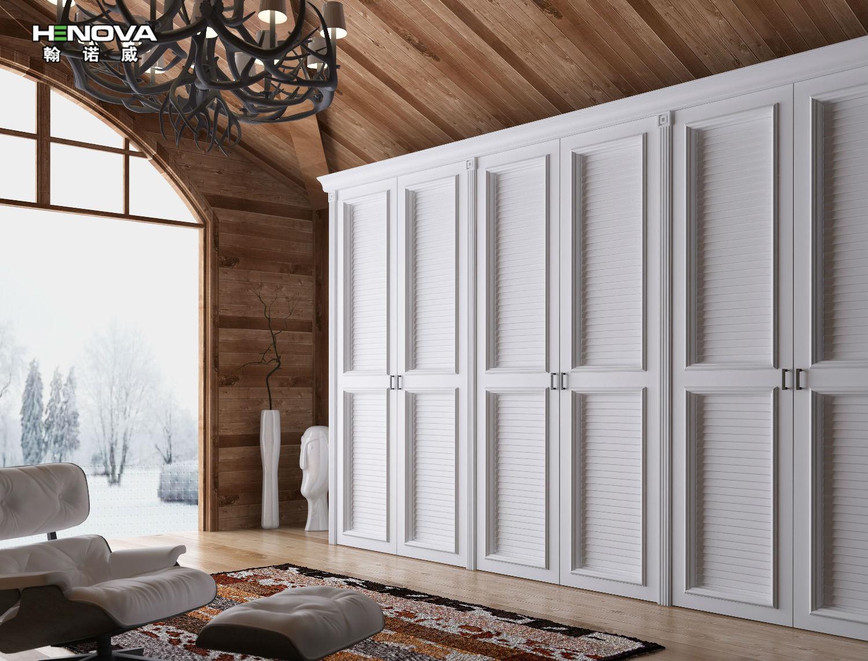 据调查数据显示,现代家居装修中,80%以上的装修业主会选择定制整体衣柜,但问题来了,存在不少的消费者不知道如何选择衣柜款式。选移门衣柜呢还是开门衣柜甚至折叠门衣柜。接下来,翰诺威小编就为大家具体介绍下。   美观性与实用性之折叠门衣柜      苹果木折叠门衣柜   折叠门实用性和装饰性很强,是很多装修业主的最爱。但折叠门相对于移门来说,封闭性很好,因为在开启折叠门的时候,开启空间较大,但在开启的时候,折叠门只会占用一小部分。   小空间移门衣柜