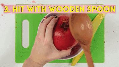 3.『橙子』   用刀在橙子横向中间切开橙子皮、划一圈,再用手指伸进去松一松,掏一掏,半个橙子的皮就完整剥下来了