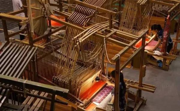 多台蜀锦小花楼木织机现场手工制作蜀锦,蜀锦,蜀绣精品,各种锦绣纹样图片
