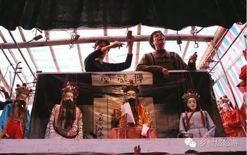 木偶戏的唱腔以秦腔为主, 操纵人根据唱腔和道白, 充分发挥木偶轻便