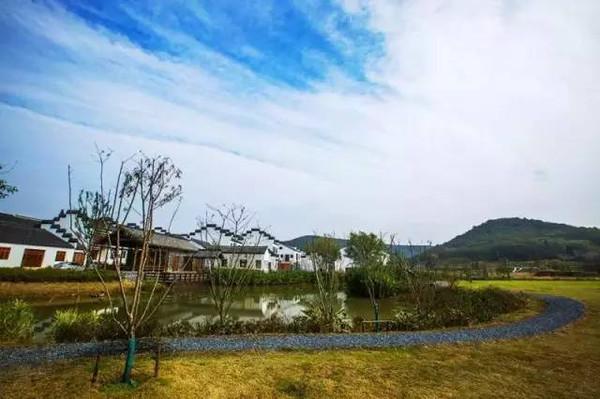 美食 正文  对于江南乡村的印象,都可以在桦墅看见,素色房屋整齐的