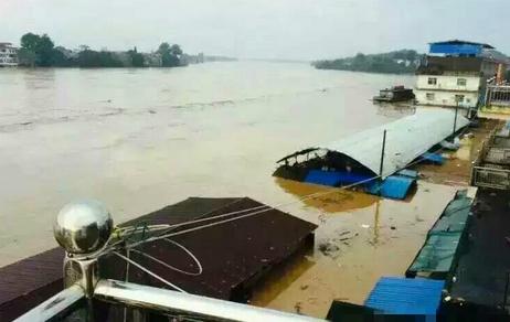 江西河堤溃口万人转移 目前无人员伤亡