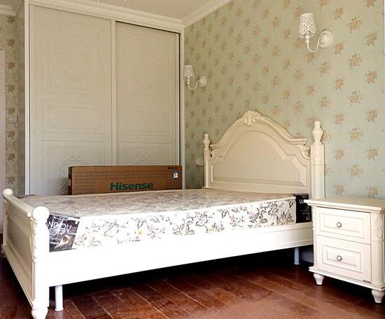 典雅的白色欧式床加上淡雅的碎花壁纸