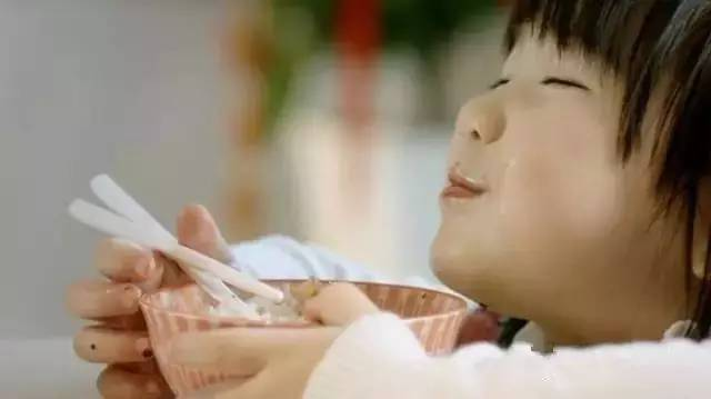 吃饭时,手要扶碗,不许一只手在桌下!   喝汤不许吸溜   北京.老规矩