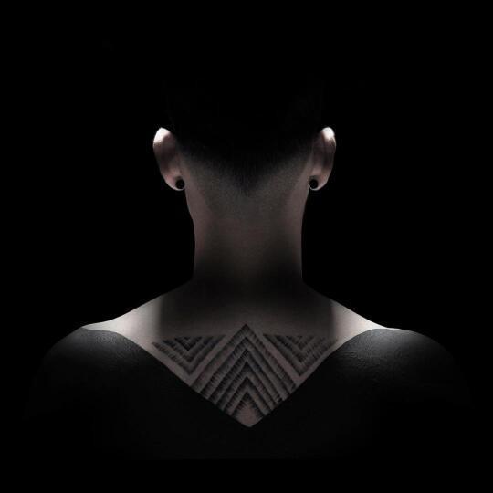 组图:美女纹身艺术家把台球变成了满地打滚的表情图片