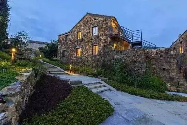岛上用石头堆砌而成的民宿客栈