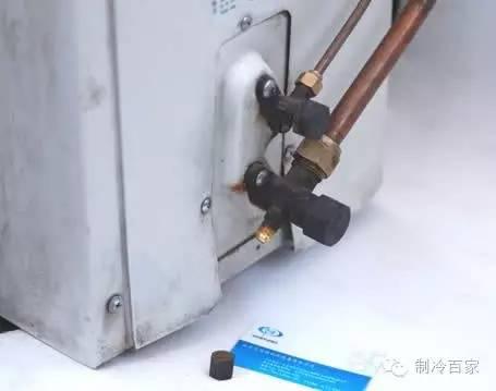3,将蓝色的胶管套上三通阀的工艺口图片