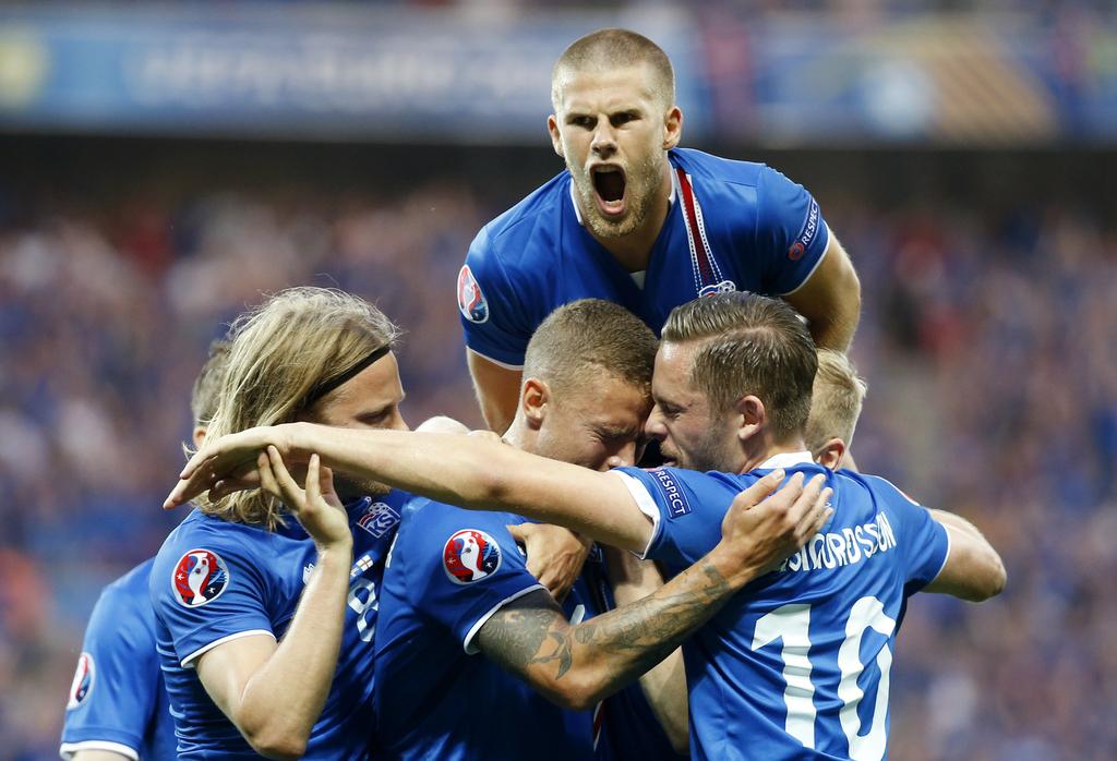 不得不说,欧洲杯进行到了今天,这个神奇的大舞台真是充满了无限可能。自从今日凌晨以后,冰岛这个巴掌大的国家,培养出了足坛又一匹黑马,一战成名,冰岛足球队自动大写加粗的励志啊!想不关注都难。连输50年,不是输到没脾气,而是攒足劲头,一步一个脚印直至今年逆转击败英格兰,晋级欧洲杯8强。   我们先来看一张图,今天刷疯了球迷们的朋友圈。不知道又有多少人要亮出五十年冰岛老球迷的身份了,笑Cry~