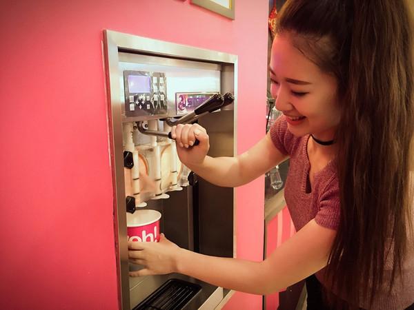 冰淇淋,粉粉嫩嫩的装饰一下子打开了女主播楚楚的少女心,一旁的男主播