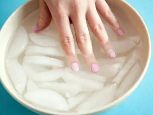 .像上图一样用发夹夹著牙膏管会轻松很多.   指甲油快速变干   可以