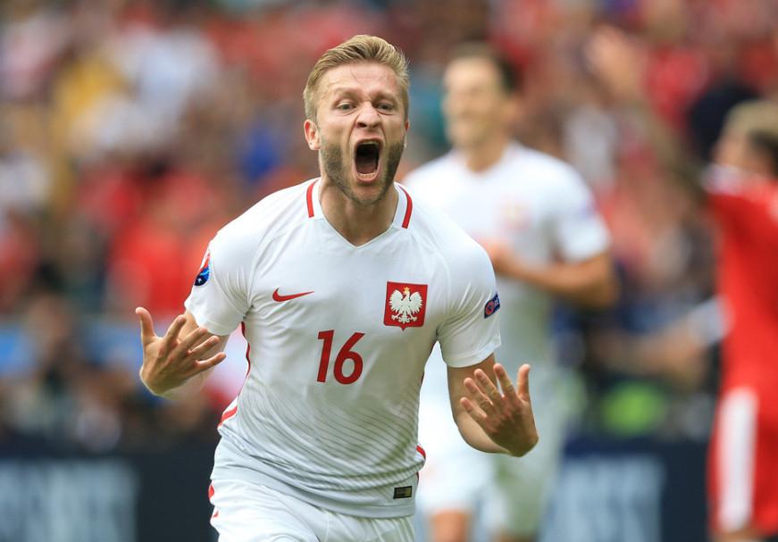 北京时间2016年07月01日03:00,2016法国欧洲杯1/4决赛第一场比赛在马赛进行,由波兰对阵葡萄牙。波兰在1/8决赛中经过点球大战淘汰了瑞士闯入8强,对于他们来说这已经是一个很大的突破,而葡萄牙在上一场比赛中加时赛最后时刻绝杀克罗地亚晋级8强。