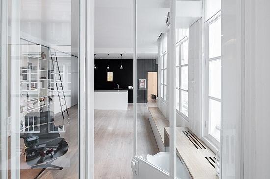 白墙木地板改造出适合现代生活习惯的家庭公寓