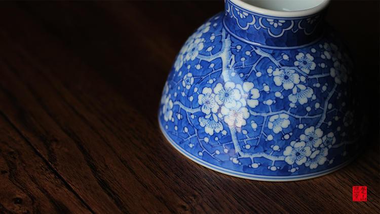 杯子不同于传统康熙冰裂纹,放弃了比较简单拘谨的以短线组合六边形