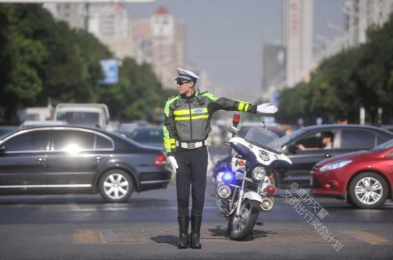 """最帅交警成网红 各地交警一改""""严肃""""形象玩起""""自拍"""""""