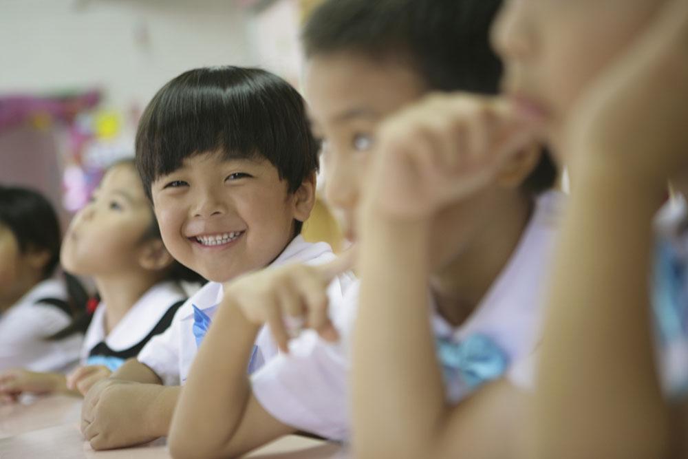 过了暑期,就是开学季的9月,这时候又将有大批的适龄幼儿走进幼儿园。3-6岁正是幼儿发展的关键期,也是孩子走入社会的第一步,一所合适的幼儿园对孩子有着非凡的意义,因此家长都非常重视关于幼儿园的选择。那么该如何选择一所适合孩子的好幼儿园呢?下面我给大家几点小建议作为参考:   首先,我要提醒家长的是关于路程的问题。   选择离家近的幼儿园能为宝宝和家长节约路途上不必要的时间浪费,有时间多睡或者多玩一会儿,是最贴近宝宝需求的。选择离家近的幼儿园还有一个好处是,幼儿园里的小同学们大部分都是邻居,平常碰面、在一起玩