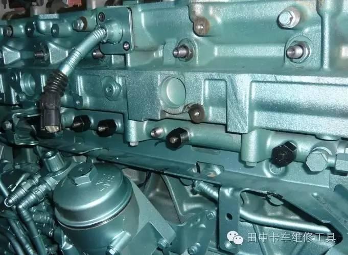 当燃油中含有一定量的杂质时,导致喷油器控制阀工作不良,   严重时会将控制阀卡死,就会引起动力不好,   严重时导致不着车。在发动机上拆卸前,   首先要把喷油器周围的杂物及灰尘除去,   高压管拆卸后一定要将共轨器用干净的堵头将其封住,   防止杂物进入轨道。   维修小技巧   如果在行驶中遇到喷油器总回油量明显有过高的嫌疑,   导致车动力不足,可用共轨堵头暂时堵住过高的喷油器,   此时为缺缸状态,但是可以继续行驶到修理厂后再进行进一步维修。   在维修中,   遇到某个地方不会修了,