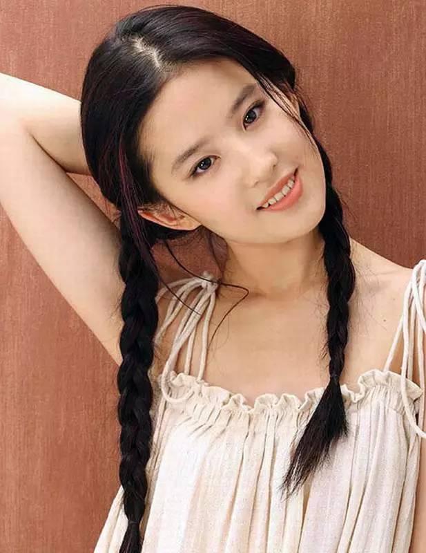 干了女儿和她的两个美丽女同学_她仙女的气质搭上两个麻花辫,清纯的胜似十几岁的小女孩.