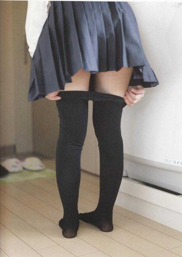 青山裕企大师又出新作品了 可爱的「撩起日本女孩的裙摆」吧!让我看看你的美