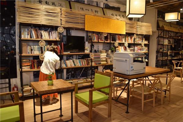 一本书 书店 书架
