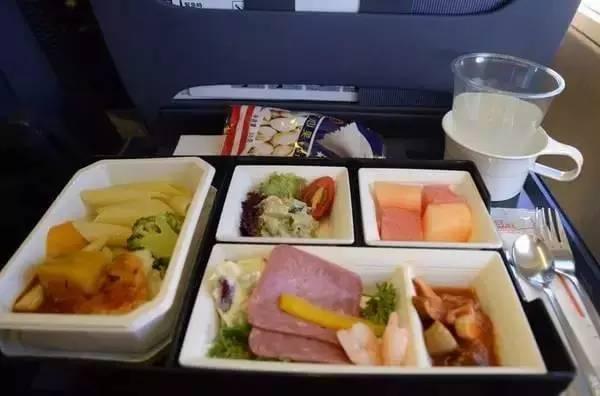 空姐告诉你,飞机上这5种东西千万别拿走!