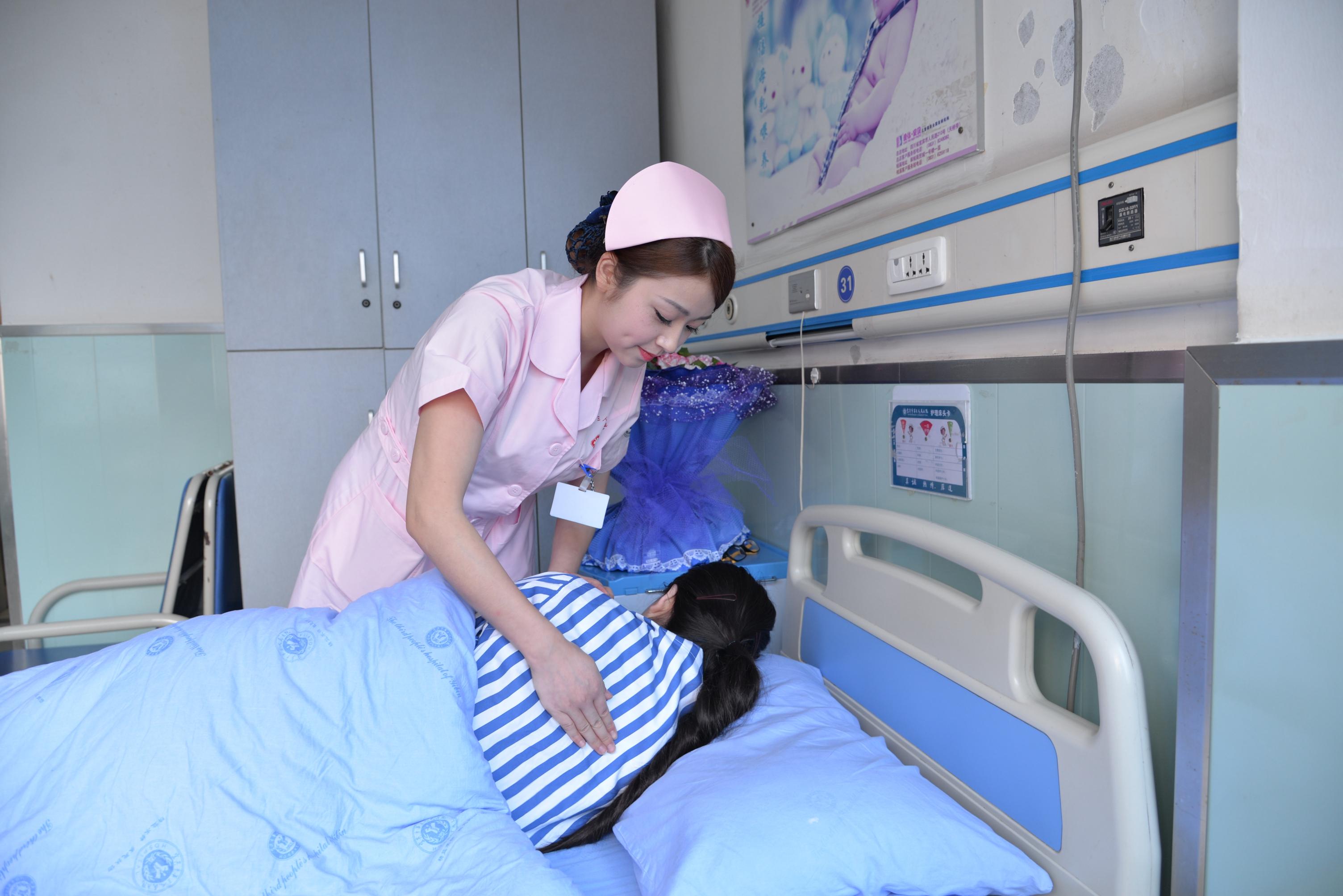 护士把病人翻身视频