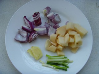 洋葱去皮切小块,滚刀洗净去皮切土豆块.异迷迭香酸苷甲脂图片