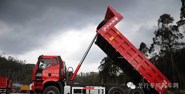 液压顶前置 自卸车卸货都是通过液压顶升降来实现的.图片