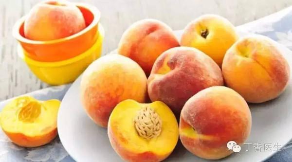 果肉是黄色(来源于胡萝卜素)的桃子。   由于黄桃有些傲娇,成熟期短、也不耐保存,有些品种口味偏酸,所以很长时间以来,我们都只能吃到黄桃罐头。   好在现在市面上也出现了不少可以吃鲜果的香甜品种,果肉色泽金黄,质地紧密,软硬适中,如果你还没吃过,一定要尝尝。   3.