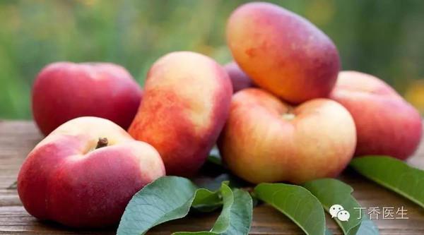 果实形状扁圆,也有无毛蟠桃的品种,也就是油蟠桃。   虽然长相没按常理出牌,但蟠桃的味道却一点也不含糊,而且蟠桃的核一般都比较小,特别是硬脆的品种,转着圈啃起来特别带劲!   三、「桃饱人」,但不补铁   粉嘟嘟的大桃子,一个下肚还有点撑。   一个中等大小的桃子(200 g 左右)的热量,大概在 80~100 大卡,差不多小半碗饭,俗话说的「桃饱人」,大概是这个道理。   那网上有专家说「吃桃补铁」?   传言中说桃中铁的含量是「水果之冠」,是苹果的 3~4 倍(和苹果比铁?呵呵)。   实际上,