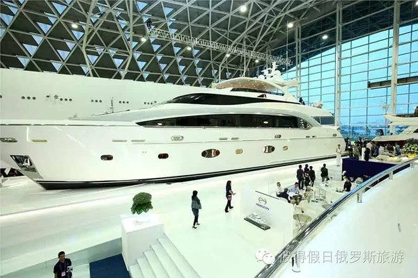 该游艇由法国设计师菲利普斯塔克(philippe starck)设计,造价约为4.