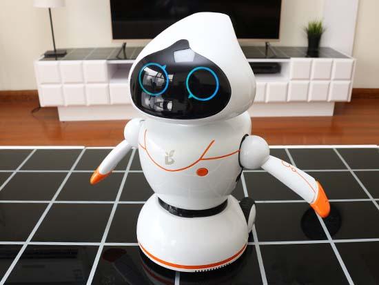 整体上看,小萝卜机器人外形设计凸显人格化,而独到的材质和配色也让他图片