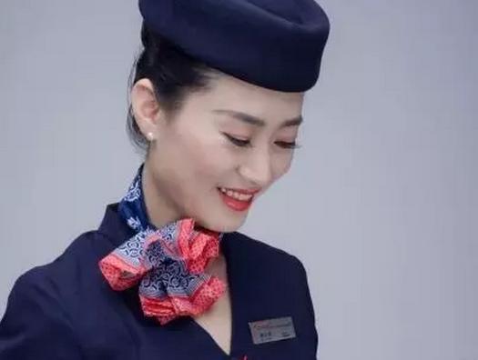 飞机抵达郑州时,婴儿父母对乘务组员们非常感激