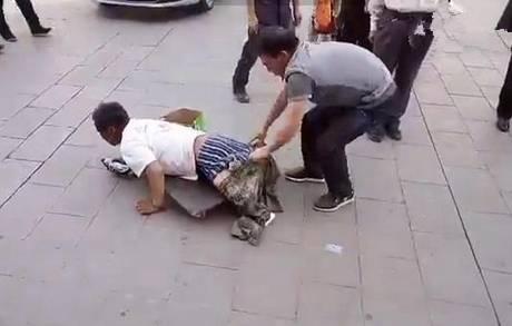 毁三观!浙江一断臂乞丐当街被城管扒衣,之后的场面惊呆了所有人!