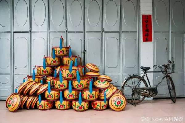 在潮汕,花篮是特指盛装人情往来的礼物专用器具,一般是用竹篾编织而成