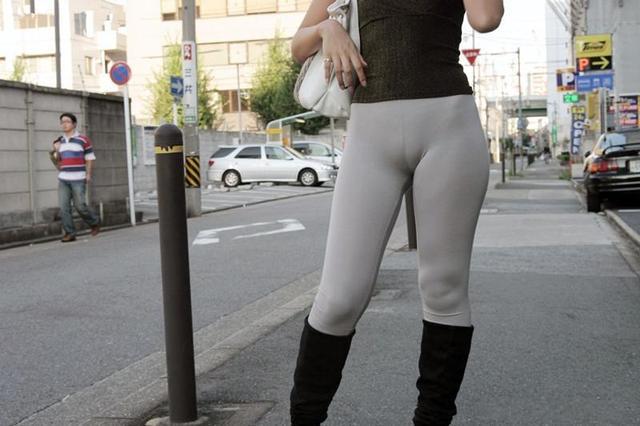 美女齐b紧身裤显凹槽