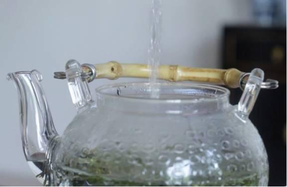 美食 正文  首先把茶叶或茶包加入茶壶,按照之前提到的比例,1个茶包或