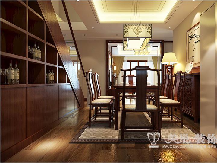 美巢装饰本案,将楼梯间的空间做成了酒柜
