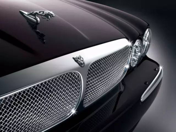 经典立标,新款捷豹车头的银圈红底咆哮豹头图案,更是将捷豹汽车高清图片
