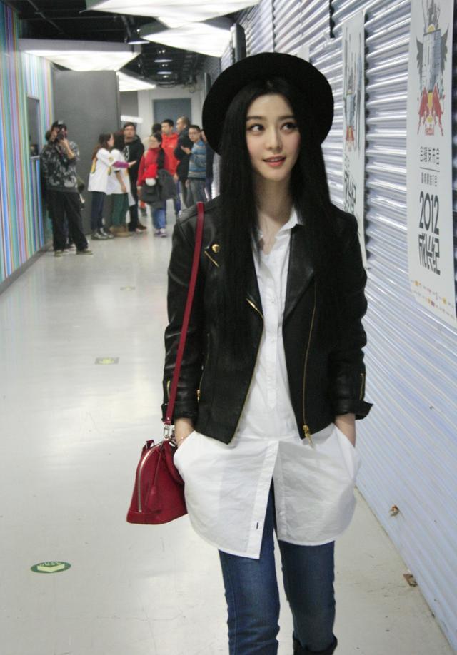 赵丽颖:本是娃娃脸的赵丽颖,不管穿起热裤还是短裙,给人感觉都是图片