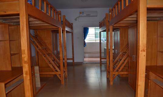 如深圳市美中学校,深圳博纳学校给孩子的都是木质结构的床,清新好看.