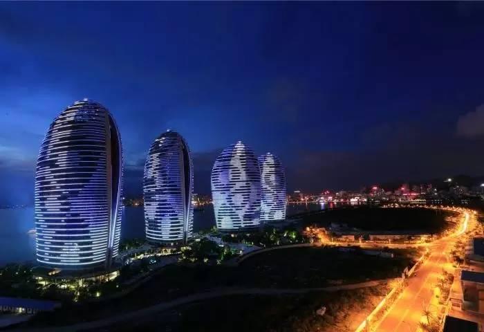 城区公寓的建筑位于三亚湾度假区的凤凰岛上,而悦佳帆船别墅就在其中.酒店周村酒店图片
