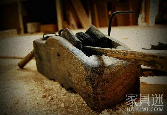 托���)�-_操作时,定针扎在木料的前端,将线绳拖到木料后端,用左手拉紧压住,右手