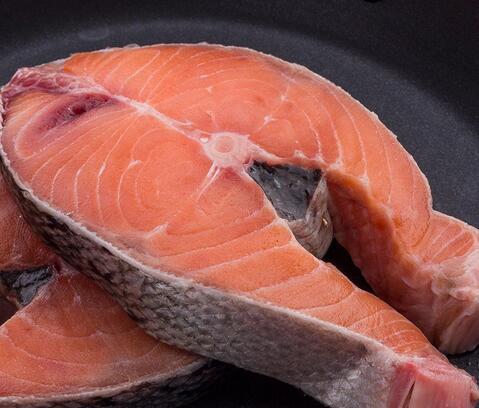 开寿司店如何辨别三文鱼是否是新鲜